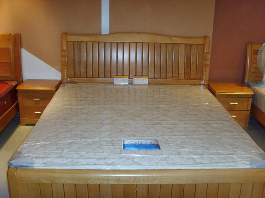 家具,两个房间的床及床头柜都是南丰牌子的榉木床