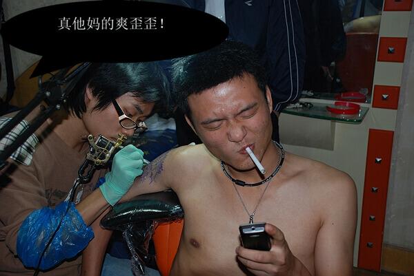一个男人纹身过程中 已坚持七小时30分钟