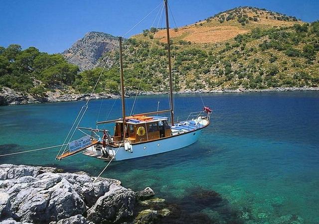 小舟在大海航行图片
