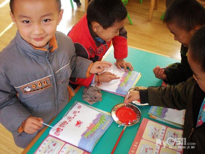 (美术)  《可爱的螃蟹》(美术)  目标:让幼儿学习用橡皮泥的方式表明