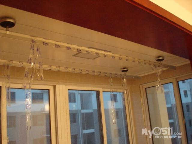 阳台上升降晾衣架也已经装好