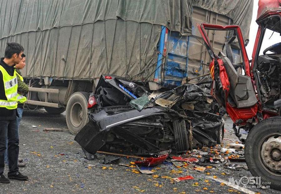 再牛B 的车也备不住撞的 高速上那些汽车厂商的碰撞试验都TM 的浮云 高清图片