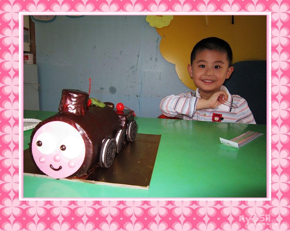 谢谢纪骅轩小朋友带来了可爱的蛋糕和小朋友一起庆祝六一儿童节