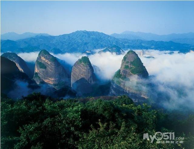 云台山瀑布坐落在云台山风景区泉瀑峡的尽端