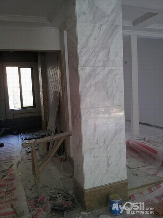 客廳的柱子,包的爵士白的大理石