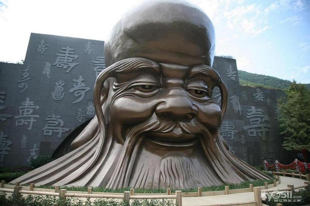 """一大一小,上面写了""""南山竹海""""四个大字,据说是从扬州八怪之一郑板桥的"""