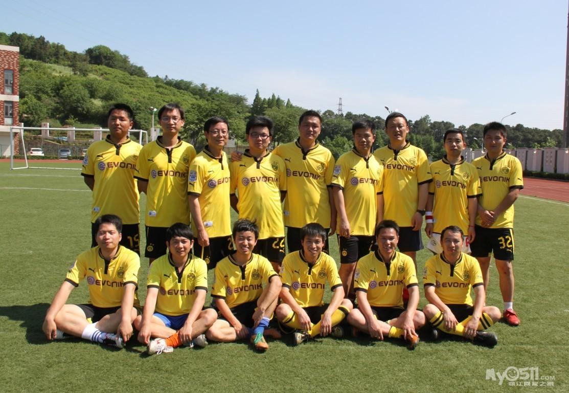 镇江80足球队全家福及队标
