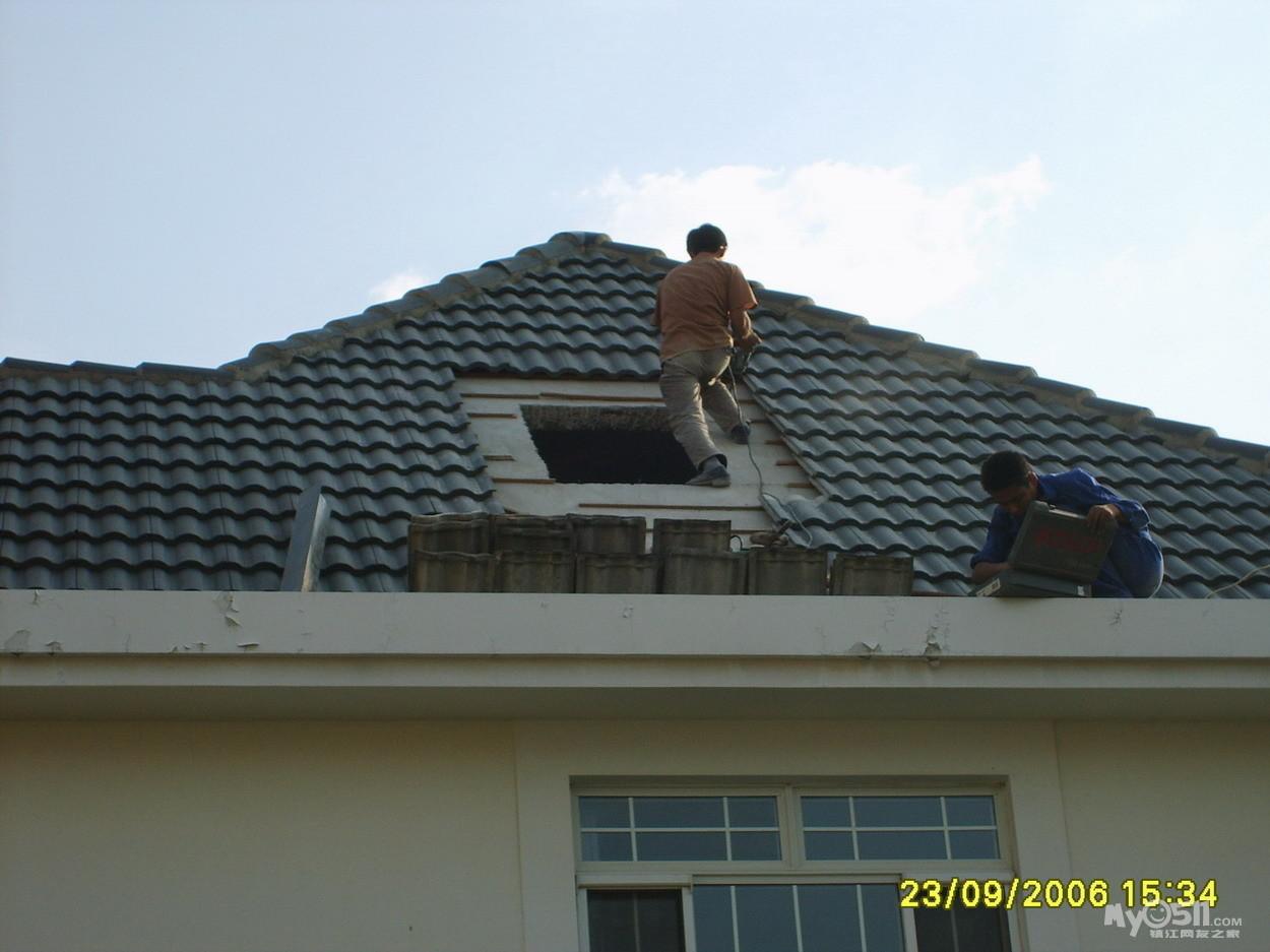 别墅 落水系统,天沟,落水管,阁楼斜 屋顶 天窗,油毡 高清图片
