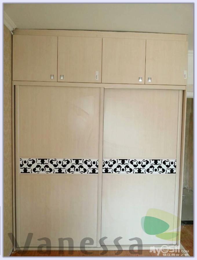 大港玫瑰苑客户家次卧到顶的衣柜,石膏线条在柜体的收口板上面绕一