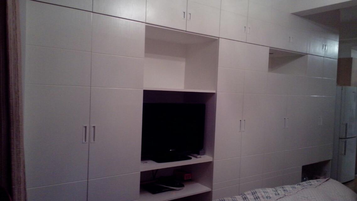 四米多长的超大衣柜,白色隐形门的设计让卧室更有