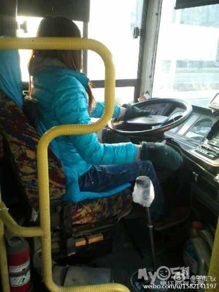 公交车司机带绒布全指手套开车子 允许包高清图片
