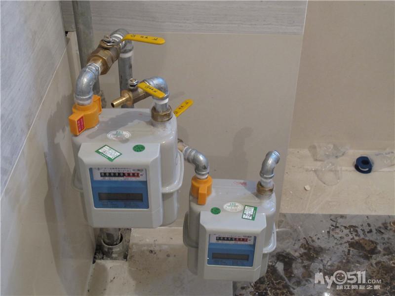 两台燃气表,上面一台是送风连接灶的,下面一台是集成地暖新风的天正锅炉侧连接口图片