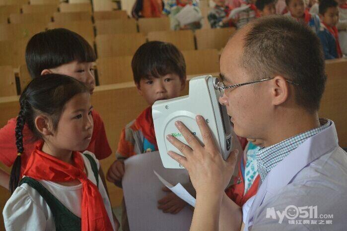 镇江/专家在为小学生进行视力检查