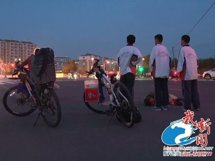 民工遇车祸受伤倒地不起 三学生救人后悄然离开