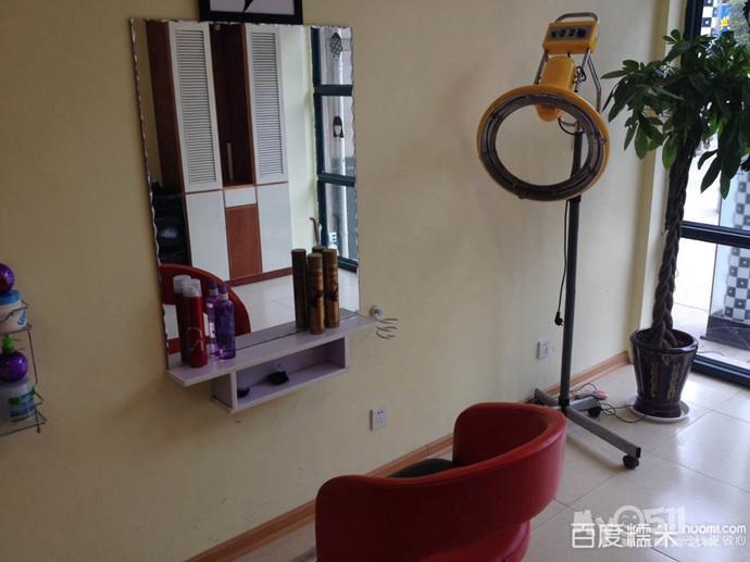 新区一个时尚理发店烫发染发大优惠